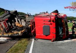 Kollision zwischen Lkw und Bus fordert einen Toten