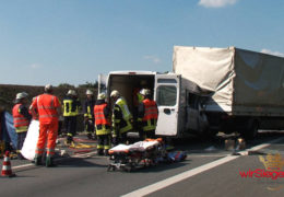 Kollision auf der A45 – Transporterfahrer bei Unfall eingeklemmt
