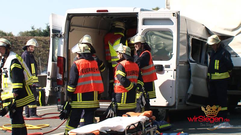 2016-09-12_freudenberg-rcht-olpe_a45_th_person-eingeklemmt_drei-kleinlastwagen-kollidiert_screenshot_2