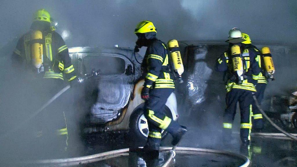 2016-10-23_neunkirchen_4-pkw-bei-autohaus-in-flammen_hercher_01
