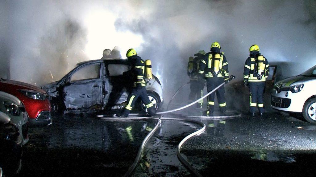 2016-10-23_neunkirchen_4-pkw-bei-autohaus-in-flammen_hercher_02