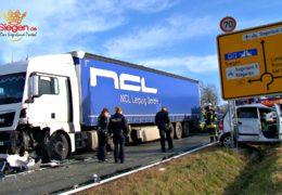 Frontalcrash! PKW kollidiert mit LKW – Eine Person schwer verletzt