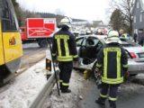 Zug kollidiert mit Pkw – 79-Jähriger schwer verletzt