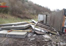 Lkw mit tonnenschweren Betonteilen umgestürzt