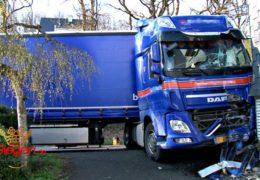 BMW-Fahrerin kollidiert mit Sattelzug! 120.000 Euro Sachschaden