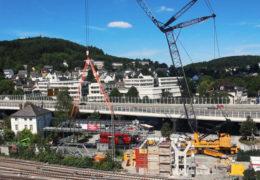 Spezial-Kran auf Großbaustelle am Siegener Hauptbahnhof im Einsatz