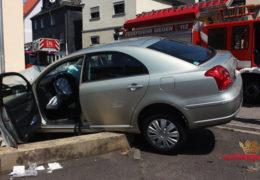 Schwerverletzter PKW-Fahrer nach Kollision mit Hauswand
