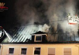 Dachstuhl nach Blitzeinschlag in hellen Flammen