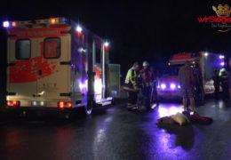 Kollision! Kradfahrer lebensgefährlich und Fußgänger schwer verletzt