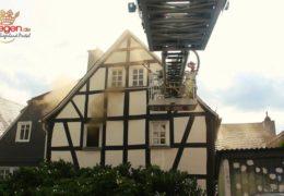 Brennendes Bett in Mehrfamilienhaus ruft Feuerwehr auf den Plan