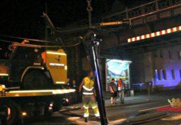 LKW bleibt mit Kran unter Eisenbahnbrücke hängen