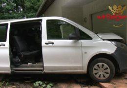 Transporter kracht in Wohnaus – Zwei Personen verletzt